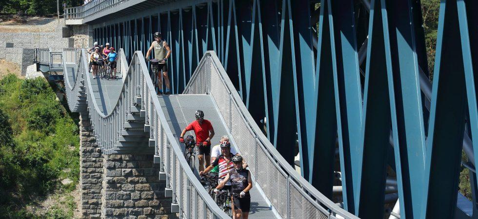 Nová lávka přes Hracholusky. Železniční most začne sloužit i turistům a kolařům
