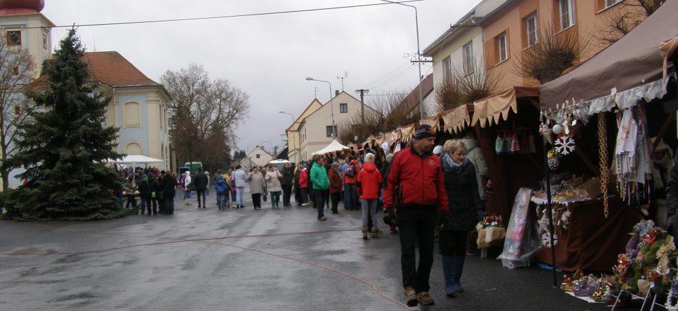 V Mirošově zahájí advent tradičními trhy na náměstí. Doveze vás tam vlaková babička