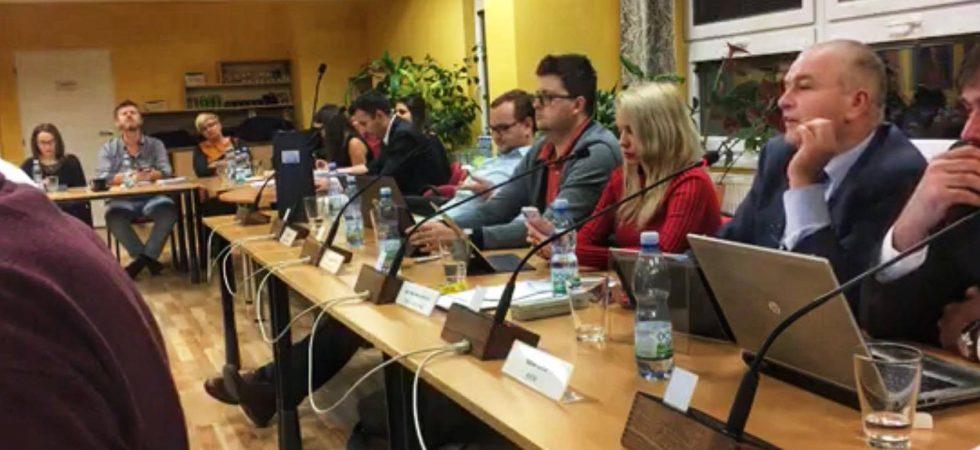 Piráti se zlobí na vedení prvního plzeňského obvodu. Prý porušuje jednací řád