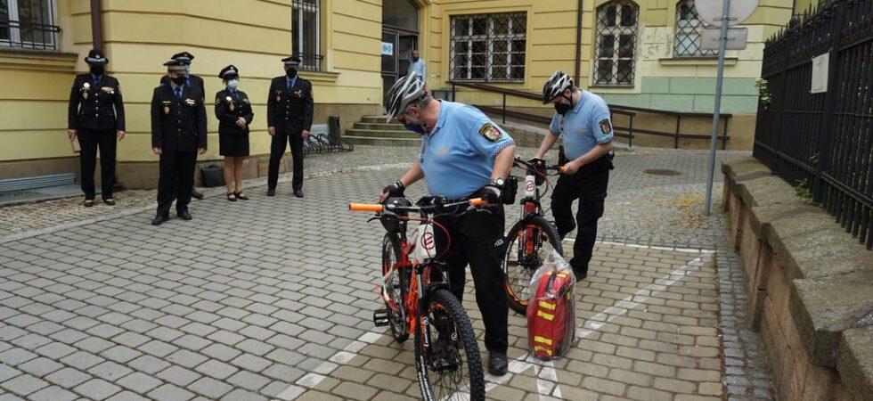 Strážníci z centra a ze Skvrňan mají nová elektrokola. Rychleji se teď dostanou k hříšníkům